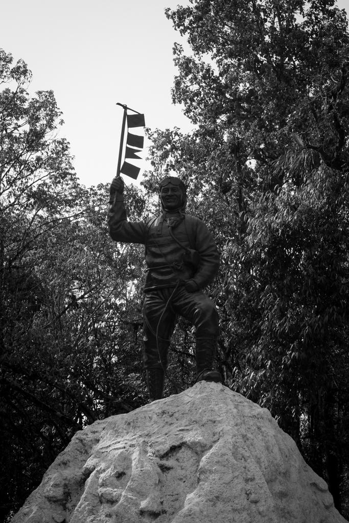 Le roi de l'Everest devant l'institut