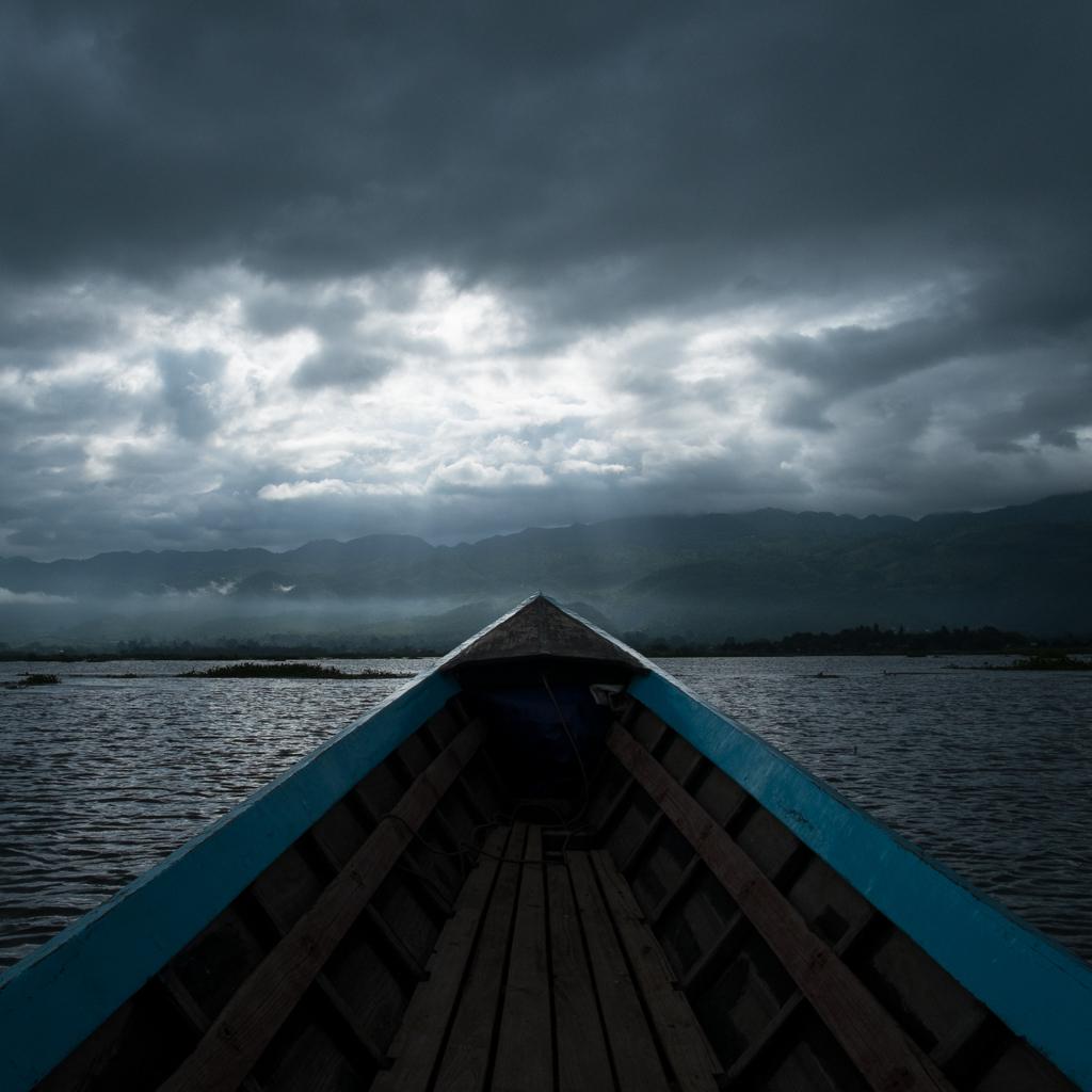 Bateau rayons soleil lac Inle