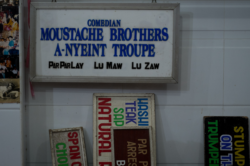 Pancartes Moustache Brothers