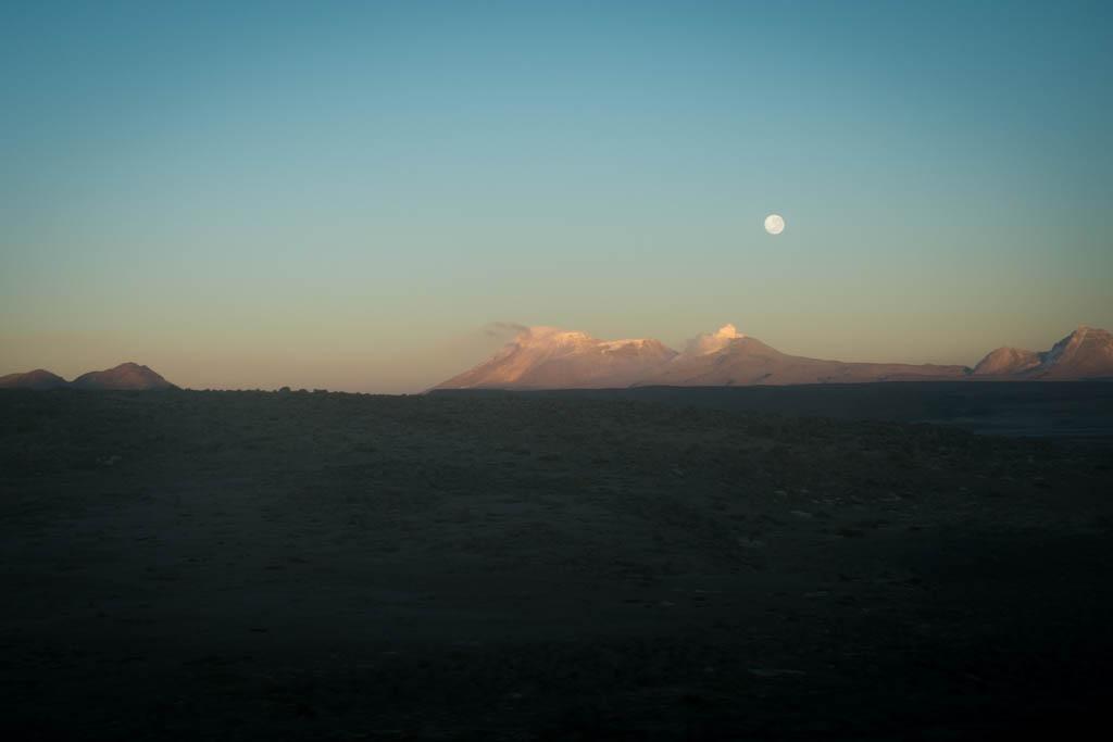 Pleine lune sur la route de Cabanaconde
